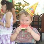 Dieser Junge lebte mit seiner Mutter in einem Erdloch im Wald, bis er in das Kinderheim kam.
