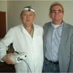 An der Klinik freut sich der Doktor über eine neue Kaltlichtlampe für die Neurochirurgie.