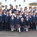 Über 70 ehemalige Straßenkinder sind stolz auf ihre Schuluniformen. Sie leben im Kinderheim, wo sie versorgt und betreut werden.