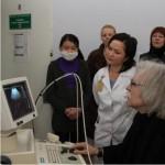 Bestaunt wird das neue Ultraschallgerät für das Zentrum für Mutterschaft und Kindheit.